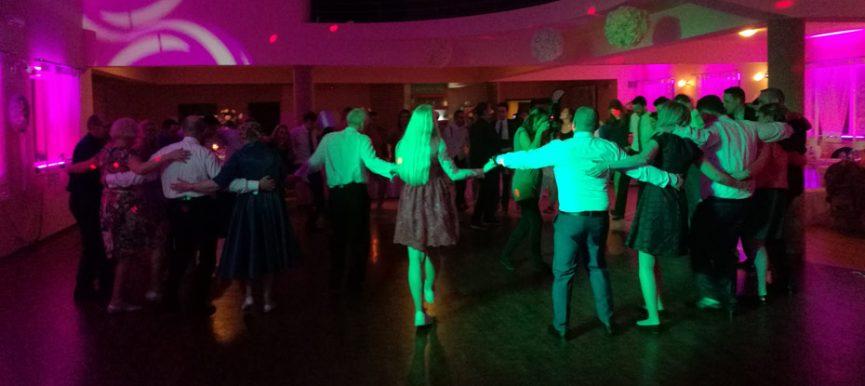 Zabawy weselne organizowane przez wodzireja sposobem na dobrą zabawę na weselu