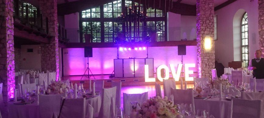 Romantyczne oświetlenie na weselu w Krakowie